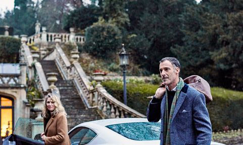 couple arriving at a manor house in Wiltshire by car